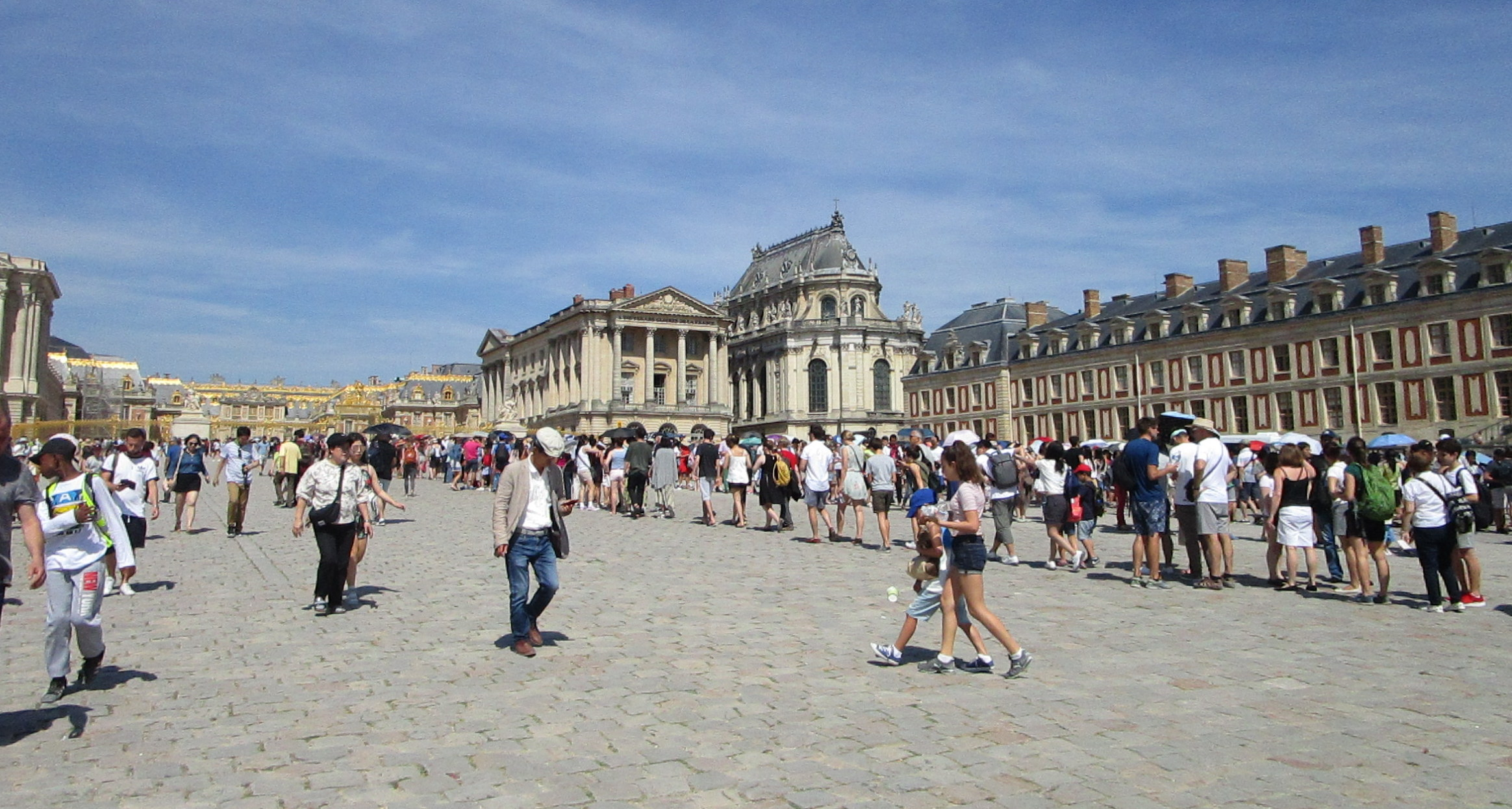 Queues in front of the entrance gate of Versailles Palace