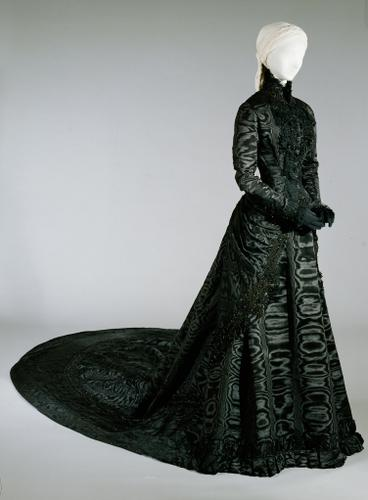 Black court dress of Empress Elisabeth Vienna 1885. The company name of the Court seamstress Fanny Scheiner is woven in the belt strap of the dress. (Kunsthistorisches Museum Wien)