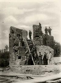 Baron Van Zuylen Van Nijevelt, Cuypers and others visit the ruins of Kasteel de haar, 1893, foto: E.A. van Blitz, collectie NAi
